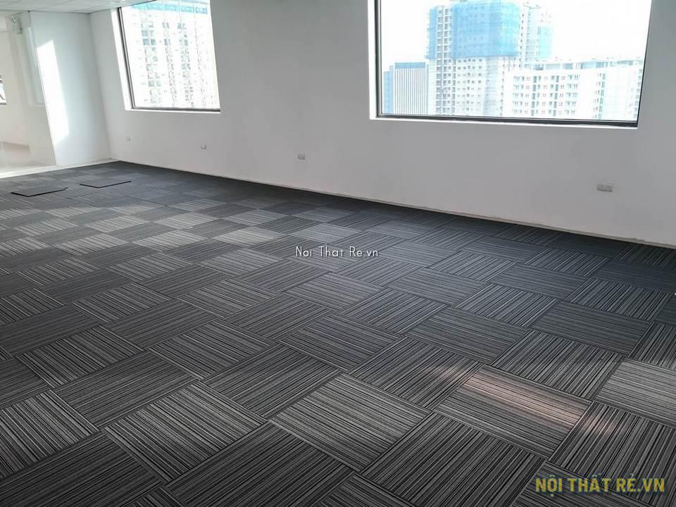 một góc văn phòng được trải thảm tấm ghép