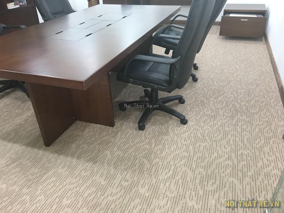 trải thảm màu vàng cho phòng họp
