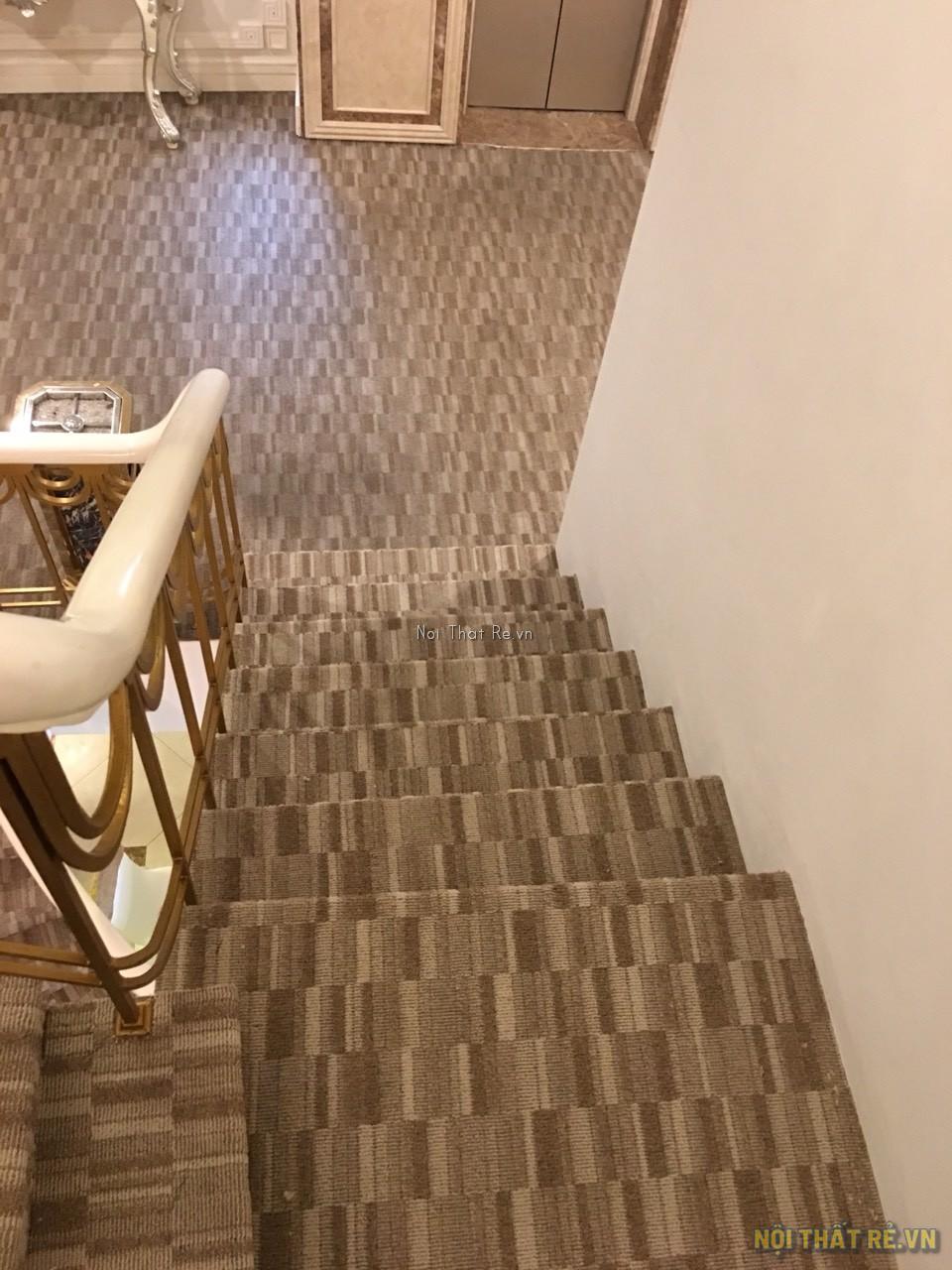 trải thảm cho cầu thang và sảnh hành lang khách sạn