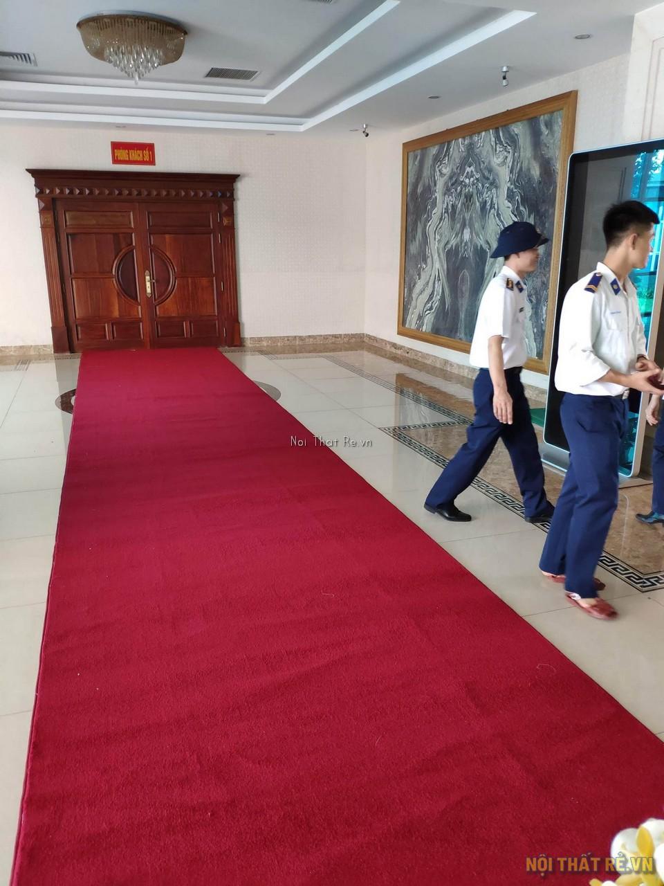 Thảm đỏ đường dẫn vào phòng hội trường
