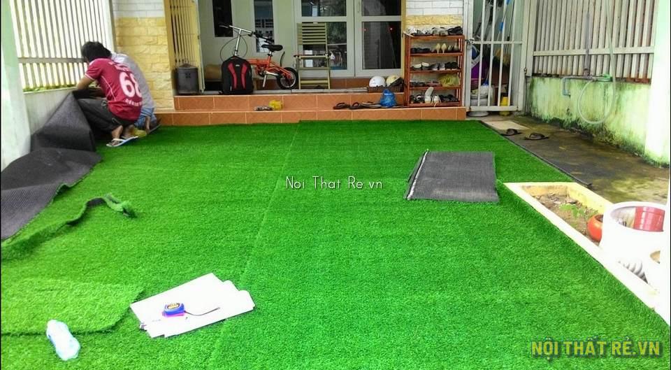 dán thảm cỏ nhân tạo trước sân